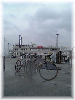 本気な雨と遊覧船ビアンカ(ミシガン?)